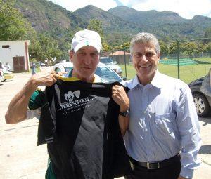 Técnico Parreira e Prefeito Jorge Mario com camisa que homenageia a Seleção Sul-Africana