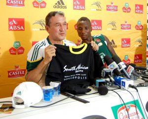 Carlos Alberto Parreira e jogador Teko Modise recebem camisa de boas-vindas a Seleção da África do Sul