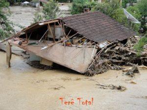 Força Total da enxurrada destrói inúmeras casas em Teresópolis