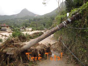 Força da enxurrada arrancou postes inteiros