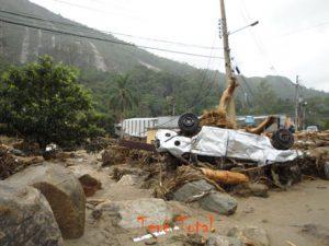 Carros arrastados e destruidos com a avalanche na serra carioca. Posse Teresópolis RJ