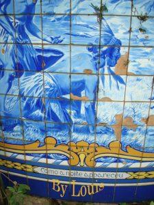 Azulejaria portuguesa, pintado em traços fortes de azul sob azulejos dos ceramistas portugueses Jorge Colaço