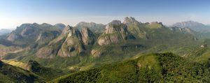 Três Picos e outras formações rochosas do Pico da Caledônia