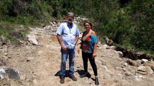 Luiz Carlos Cochlar e Elizabeth Lustosa vistoriando obras depois de uma chuva forte na localidade