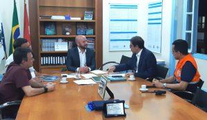 Prefeito Vinicius Claussen com o secretário estadual Altineu Côrtes e equipe