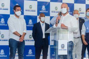 Prefeito Vinicius Claussen, ao microfone, com o Governador Cláudio Castro e o Senador Romário Faria