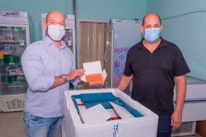 Prefeito Vinicius Claussen e sec. de Saúde, Antonio Vasconcellos, conferem lote de vacinas que chegaram em Teresópolis