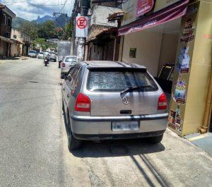 Guarda Municipal de Teresópolis intensifica fiscalização contra carros nas calçadas