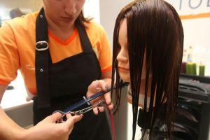 Curso do Senac de corte de cabelo em Teresópolis