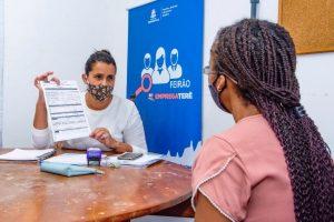 Fernanda de Oliveira, da Fundação Leão XIII, orienta Mª Juliana Ramos sobre o Vale Social