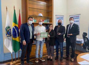 Prefeito Vinicius Claussen recebe, em nome da PMT, certificado do Crefito-2 por homenagem ao Dia do Fisioterapeuta e do Terapeuta Ocupacional, comemorado em 13 de outubro