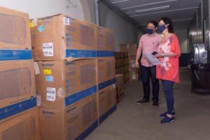 Terezinha Espinosa, gestora da Faetec Teresópolis, e o cogestor, Fabiano Oliveira Pinto, recebem o material na unidade