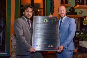 Prefeito Vinicius Claussen (à dir.) e Vice-prefeito Dr. Ari com a homenagem a Teresópolis