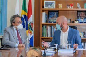 Prefeito Vinicius Claussen (à dir.) e o Cônsul Geral da Itália no Brasil, Paolo Miraglia Del Giudice